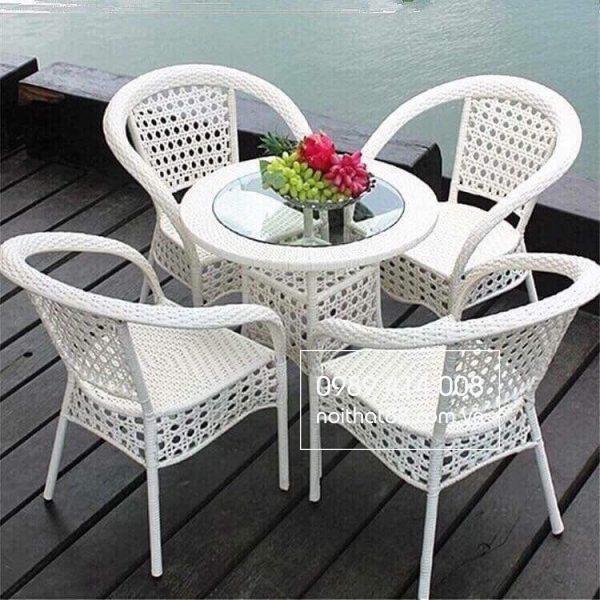 Chất liệu mây nhựa thích hợp với bàn ghế ngoài trời
