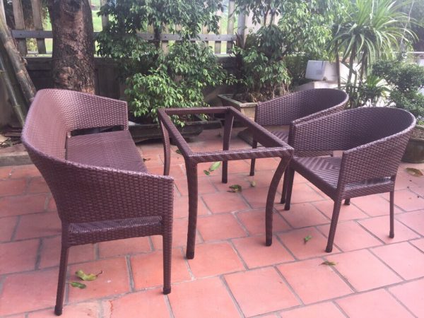 Mẫu bàn ghế mây nhựa với thiết kế ghế dài