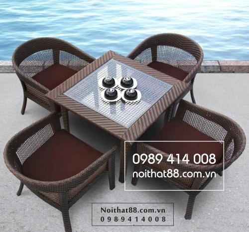 Bộ bàn ghế mây nhựa được thiết kế trong không gian hiện đại